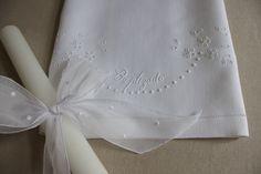 Toalha de Baptizado em linho bordada com ponto escada, ponto pau, garanitos e ilhós.