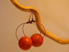 boucles d'oreilles créole en métal couleur bronze, perle orange en bois