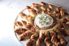 November recipe - Baked Camembert with pancetta and thyme bread sticks Camembert Recipes, Baked Camembert, Bread Twists, Baking Recipes, Healthy Recipes, Charcuterie, Sticks, Bacon, Appetizers