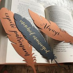 Great idea for bookmarks! idea the world training craft craft diy craft for kids craft no sew craft to sale paper bookmarks Harry Potter Diy, Harry Potter Bookmark, Kids Crafts To Sell, Halloween Crafts For Kids, Diy And Crafts, Creative Bookmarks, Diy Bookmarks, Homemade Bookmarks, Corner Bookmarks