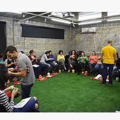 Workshop de amigurumi organizado pela @circuloprodutos, em Blumenau. Fotografia: Círculo #projetohomemnaagulha #homemnaagulha #amigurumi #amigurumibrasil #circuloprodutos #barrocomaxcolor #semprecirculo