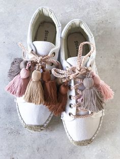 It may come as no surprise to you that if I could add tassels and pom poms to everything in sight, I would.Women Flat Heel Lace-up Espadrilles Shoes Casual Athletic Canvas SneakersEspadrille 2019 - Estilo Próprio by Sir Espadrille calçado Espadrille Sneakers, Lace Up Espadrilles, Shoes Sneakers, Boho Shoes, Casual Shoes, Trendy Shoes, Diy Tassel, Tassels, Cute Shoes
