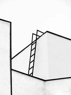 Compositie van zwarte buizen en een trap horizontaal en verticaal verbonden