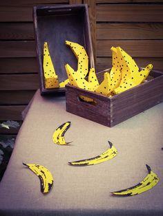 Bananes en pliage papier. #banane #banana #bananaparty #pois #party #anniversaire #birthday #fete #papercraft #paperaddict #rosecaramelle #paperbanana www.rosecaramelle.fr Banana Party, Bat Signal, Superhero Logos, Birthday, Banana, Birthdays, Dirt Bike Birthday, Birth Day