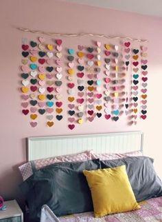 bricolage facile pour faire une tete de lit soi meme, guirlande de coeurs en papier multicolore, linge de lit gris, rose et jaune