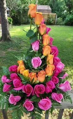 Fantastic Photos Funeral Flowers pink Ideas If you might be organizing or perhaps attending, memorials are always a sorrowful and occasionally nerve-racki. Rosen Arrangements, Rose Flower Arrangements, Flowers Vase, Funeral Bouquet, Funeral Flowers, Amazing Flowers, Beautiful Roses, Orange Rosen, Flower Background Wallpaper