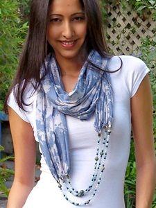 DIY: unas cuantas ideas para personalizar un pañuelo con tiras de bisutería y convertirlo en un complemento especial.