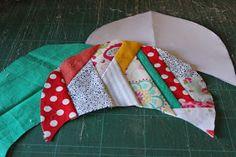 Through the window: Tutorial pantuflas patchwork / Patchwork Slippers Tutorial. Patch Quilt, Colchas Quilt, Quilts, Fabric Toys, Fabric Scraps, Tutorial Patchwork, Scrap Fabric Projects, Diy Gift Box, How To Make Shoes