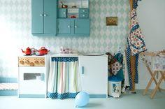 Interieurinspiratie en interieuridee voor kinderopvang en peuterspeelzaal   keukentje met diverse kastjes en mogelijkheden   Beeld via Kleinlab   Interieuradvies   Projectinrichting  
