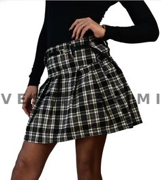 Minigonna donna a pieghe e con zip. Gonna donna corta con fantasia scozzese. La gonna è corta e a vita alta, con zip laterale e cintura in vita inclusa. Questa minigonna è perfetta per un look sexy fashion.