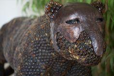 Los #mayas consideraban al jaguar como un animal ambivalente, símbolo de la oscuridad y de la luz. Este #felino también esta asociado con los guerreros y hombres sagrados.  Por otro lado los #aztecas consideraban al jaguar como el rey de los animales. Los guerreros aztecas más importantes y feroces vestían capas y #máscaras hechas de piel de jaguar y eran llamados los caballeros #jaguar.