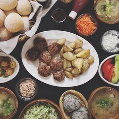 06.14 セルフハンバーガー ハンバーグ、焼きポテト、野菜いろいろ、ツナマヨ、丸パン、ズッキーニとソーセージのサラダ、きゅうりとキャベツのサラダ、野菜いろいろ味噌汁、カブの葉と胡麻と削り節のおにぎり(赤米)  #おうちごはん#晩ごはん#ハンバーグ by hrk_hsmr http://ift.tt/1Bfw7l7