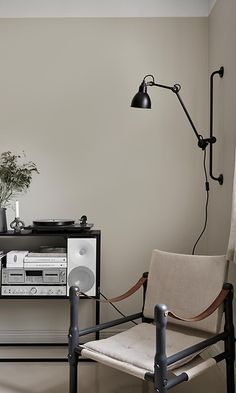 W domu Susanny Vento Gray Interior, Interior Styling, Decorating Your Home, Interior Decorating, Cosy Corner, Parisian Apartment, Black Furniture, Beige Walls, Minimalist Interior