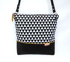 Schultertaschen - Kleine Schultertasche :: schwarz|weiß :: Triangel - ein Designerstück von frau-kaliki bei DaWanda