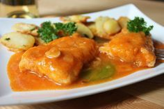 La merluza en salsa roja es un plato poco conocido pero delicioso, que se puede servir tantoen una comida de diario como en una ocasión especial. Tiene muy poquitos ingredientes, pero si se elabor...