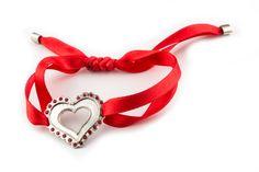 Pulseira com delicada fita em cetim colorida e coração em prata.  Bracelet with delicate colored satin ribbon and silver heart.  http://www.marcocruzjoalheiro.com/