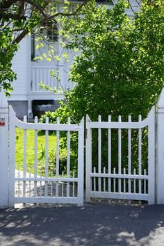 instead of an arbor low gates? Fence Doors, Entrance Gates, Garden Structures, Outdoor Structures, Garden Gates And Fencing, Fence Gates, Scandinavian Garden, Building A Fence, Garden Cottage