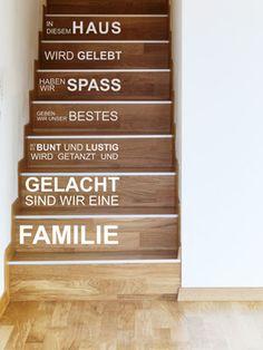 """Wandtattoo auf Treppenstufen. So kann das Wandtattoo """"In diesem Haus"""" auf der Treppe angebracht werden. #Wandtattoo #Spruch #Treppenstufen"""