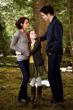 The Twilight Saga, Breaking Dawn Part Bella, Edward, & Reneesme Cullen one big happy family that will live forever Twilight Edward, Twilight Film, Twilight Saga Quotes, Twilight Saga Series, Twilight Breaking Dawn, Twilight Cast, Breaking Dawn Part 2, Twilight New Moon, Vampire Twilight