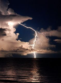 Lightning at Kande Beach - Lake Malawi African Great Lakes, Cool Pictures, Beautiful Pictures, Skier, Wild Weather, Thunder And Lightning, Lightning Storms, Thunderstorms, Tornados