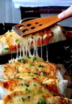 Enchilada z kurczakiem, warzywami i ciągnącym serem Appetizer Recipes, Dinner Recipes, Best Appetizers, Healthy Dishes, Healthy Recipes, Chicken Wrap Recipes, Good Food, Yummy Food, Clean Eating Snacks