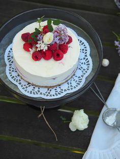 Vadelma-raparperijäätelökakku Ice Cream, Cake, Desserts, Food, No Churn Ice Cream, Pie Cake, Tailgate Desserts, Gelato, Pastel