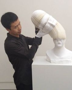 The strange sculptures flexible Chinese artist Li Hongbo , made entirely of paper. At first glance solids, these busts, skulls and body are made of hundreds of layers of paper stacked on top of each other and glued together to form flexible structures will deformable model creations on traditional Chinese paper. The result is simply amazing.