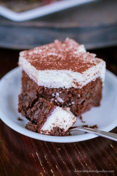 Extrem saftiger und schokoladiger Rotweinkuchen mit Kirschen. Und mit Sahnehaube. Und das Ganze auch noch alkoholfrei! Heute auf dem Blog...