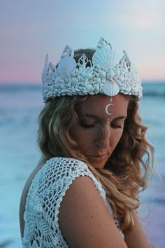 ☾ ☆☽ A gorgeous white mermaid crown with a touch of sparkling glitter. Perfect for the boho beach bride. Handmade in California with real seashells attached to an adjustable base with lace ribbon clos