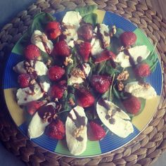 Sałatka ze szpinakiem, mozzarellą i truskawkami z czekoladowo-truskawkowym balsamico