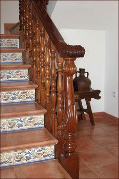 Escalera de madera barandillas torneadas y postes de for Barandas de madera para escaleras interiores