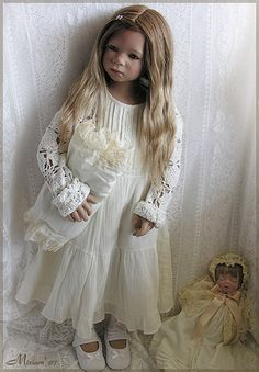 Mika in vintage dress...(Annette Himstedt 2007)