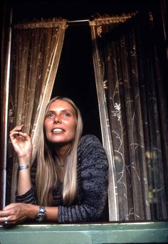 "Joni Mitchell's cottage in Laurel Canyon was ""Our House"" in the Crosby, Stills & Nash song. Photo by Henry Diltz (i Joni Mitchell and CSNY) Free Man In Paris, Rock N Roll, Henry Diltz, Hippie Man, Laurel Canyon, Idole, Music Icon, Music Film, Music Music"