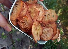 När man väl testat att göra päronchips undrar man varför man inte har gjort det förut. Det är fruktansvärt gott! Och dessutom nyttigt och enkelt.