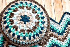 We have shared 49 free crochet pillow patterns that are amazingly beautiful and eye-catching due! These crochet pillow cases patterns would also be a smart presentation of amazing yarn color combinations and flawless crochet design textures! Chunky Crochet, Crochet Round, Love Crochet, Crochet Granny, Crochet Hooks, Knit Crochet, Easy Crochet, Crochet Pillow Pattern, Crochet Cushions