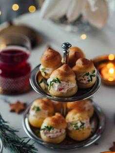 Tuulihatut Mätimoussella on tämän vuoden herkku meidän joulupöydässä. Voit leipoa tuulihatut ajoissa pakkaseen ja täyttää pyhinä, Antipasto, Tapas, Panna Cotta, Snacks, Breakfast, Ethnic Recipes, Christmas Recipes, Party Time, Foods