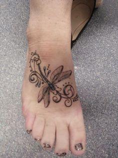 Beau tattoo libellule sur le dessus du pied https://tattoo.egrafla.fr/2016/02/04/modeles-tatouage-libellule/