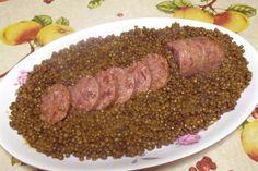 Cotechino e lenticchie è un piatto classico della cucina italiana per la cena dell'ultimo dell'anno. Secondo la tradizione mangiarli è di buon augurio.