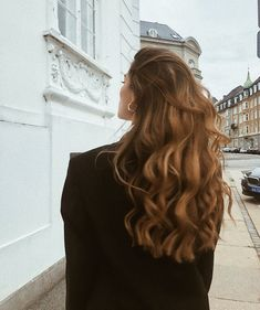 long brown hair and hairstyle inspiration with beachy waves and highlights perfect for summer and natural beauty Messy Hairstyles, Pretty Hairstyles, Brown Hairstyles, Natural Hairstyles, Hairstyle Ideas, Long Brown Hair, Brown Hair Girls, Grunge Hair, Dream Hair