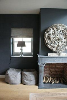 Stoer met natuurlijke materialen - extend around sides of the wall Gray Interior, Interior Design, Hudson Homes, Lets Stay Home, Black Rooms, Living Spaces, Living Room, Minimalist Living, Beautiful Interiors