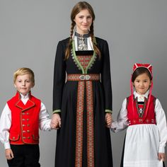 Hello all, Today I will cover the last province of Norway, Hordaland. This is one of the great centers of Norwegian folk costume, hav. Folk Clothing, Historical Clothing, Norwegian Clothing, Costumes Around The World, Frozen Costume, Folk Costume, Traditional Dresses, Retro Fashion, Persona