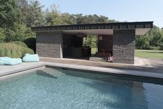 The pool and its open poolhouse give an extra dimension to the landscape design of the villa garden. By Avantgarden.
