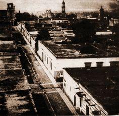 esta es una de las fotos mas antiguas tomada desde el templo de san jose el templo de la izquierda es san francisco y el de la derecha parece estar por parisina ya no existe
