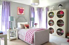 El segundo dormitorio es bastante pequeno pero es muy luminoso en efecto tiene tres ventanas están cubiertos por las cortinas viola. Tiene una cama graciosa y individual, dos mesillas de noche, un escritorio y un armario particular, artístico y moderno.