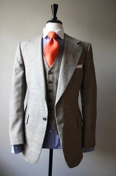 Top of a nice 3 Piece. Wide lapels, two-tone wide spread collar and a nice pop of color. Gentleman Mode, Dapper Gentleman, Gentleman Style, Grey Fashion, Look Fashion, Mens Fashion, Formal Fashion, Sharp Dressed Man, Well Dressed Men