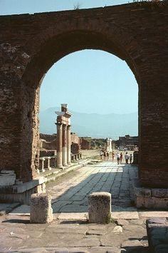 Ruins of Pompeii with Mount Vesuvius in the background Scavi di Pompei con il Vesuvio sullo sfondo.
