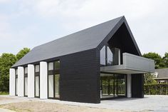 Modern classic // black exterior