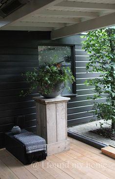 .houten sokkel met grijze pot en hangplant