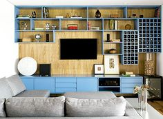 O móvel azul é destaque na sala de TV assinada pela designer de interiores Magda Marconi (Foto: Edu Castello e Maíra Acayaba/ Editora Globo)