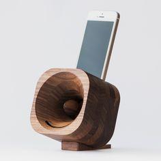 Amplifiez le son de votre smartphone ou iPod où que vous soyez Du bon son, du bon design, et le respect de la nature... que demander de mieux ? Trobla est un amplificateur acoustique en bois, pour smartphone et iPodFonctionne sans piles, ni alimentation éléctrique d'aucune sorte Existe en bois d'érable ou de noyer Livré avec un adaptateur pour votre modèle d'appareil, à choisir ci-dessous (Apple iPhone et iPod, Samsuung, Sony XPeria, Nexus, LG, HTC, Huawei, OnerPlus) Fabriqué à la main